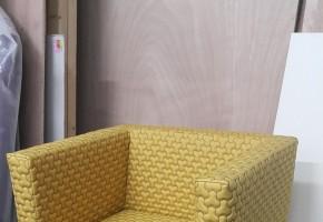 כורסא מרופדת עם רגל נירוסטה
