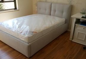 מיטה מרופדת , הראש מיטה מחולקת בשתי כריות עם קפטורים בראש מיטה