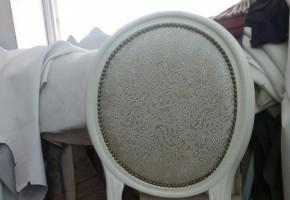 כסא בר מרופד ב דמוי עור עם מסמרים זהב צבע עץ לבן כפרי מט.