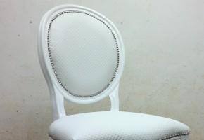 כסא פינת אוכל מרופד עם מסמר קישוט זהב
