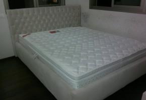 מיטה מרופדת ב בד דוחה כתמים ראש מיטה קפיטונז' עם כפתורים.
