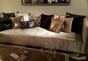 ספה מעוצבת עם קפיטונאגי בגב ו ידיות עם כריות נוי