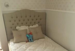 מיטה נסיכות מרופדת עם כפתורים בראש מיטה וחצאית סביב המיטה