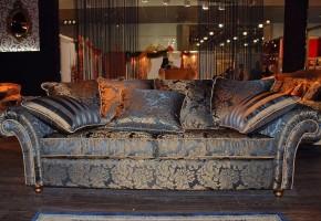 ספה מרופדת ב בד פרחוני עם כריות נוי